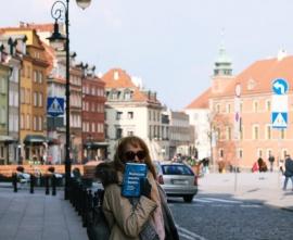 Ilustracja tekstu: Warszawa - stolica pojedniania. Grupa ludzi podczas spaceru po Starówce